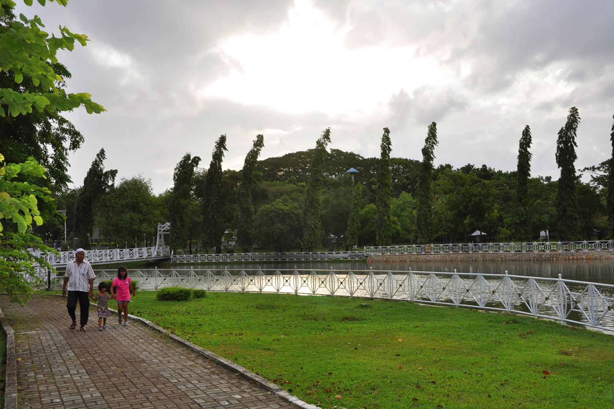 Dahulu, di taman ini terdapat miniatur sungai, air terjun, pantai, balai, tebing, kolam dan tanjung