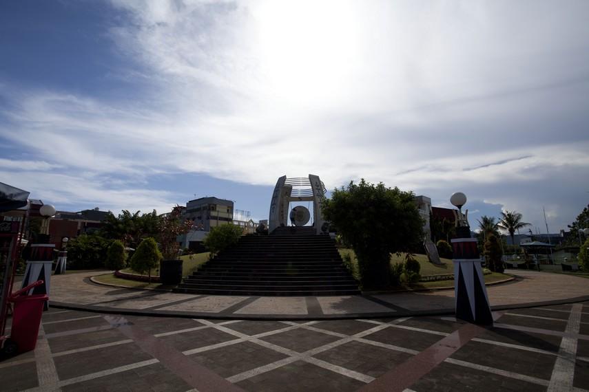 Taman di sekitar Gong Perdamaian Kota Ambon