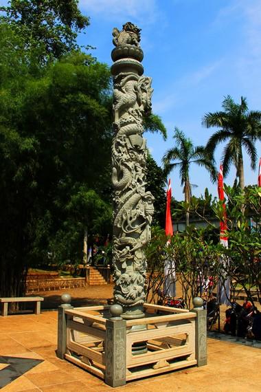 Taman ini memiliki banyak ornamen khas Tiongkok sebagai bagian dari akulturasi budaya selama ratusan tahun