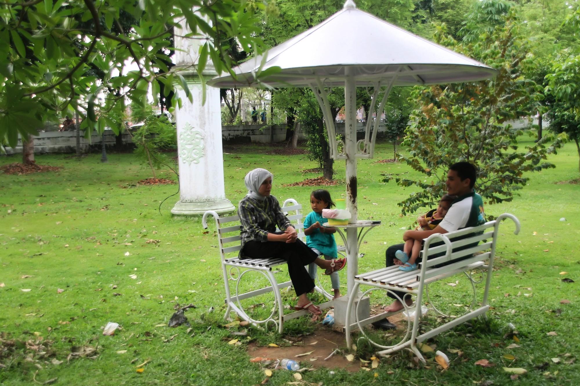 Taman ini menjadi tempat yang tepat untuk bercengkerama bersama keluarga di sore hari