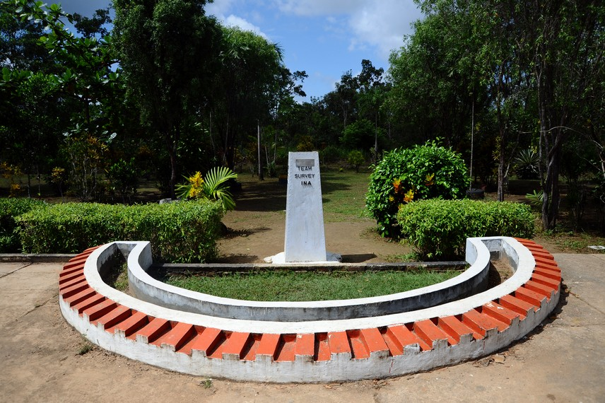 Taman kecil cantik yang dibuat secara swadaya oleh warga untuk menghias Tugu Peringatan posisi perbatasan RI-Papua Nugini