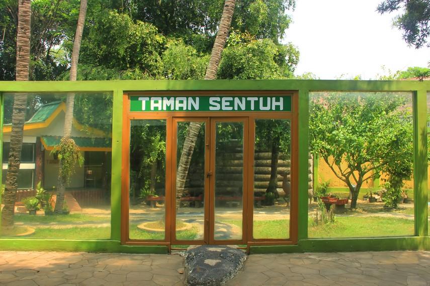 Taman sentuh di Museum Komodo dan Taman Reptilia menjadi daya tarik buat para pengunjung