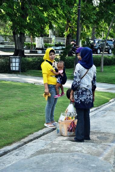 Tamansari juga menjadi arena yang pas untuk keluarga mengajak anak-anaknya jalan-jalan di taman