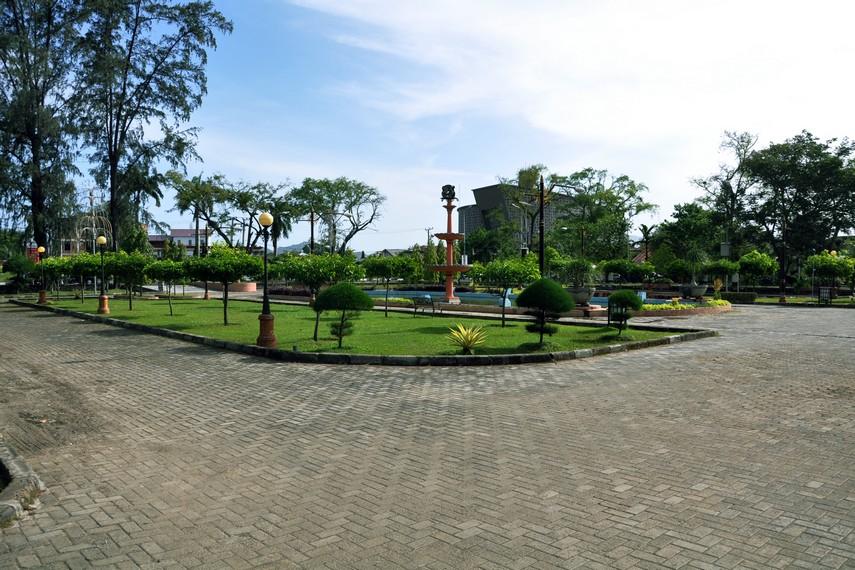 Tamansari terletak di sebelah utara komplek Museum Tsunami dan Peutjoet Kerhoff
