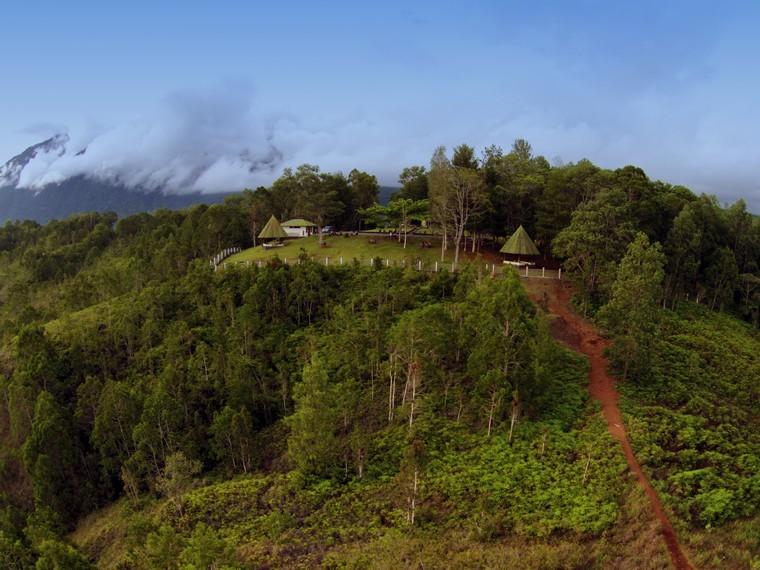 Tampak Bukit Tugu McArthur dari kejauhan