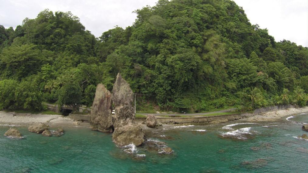 Tampak pantai dan batu-batu karang di sekitar Batu Layar