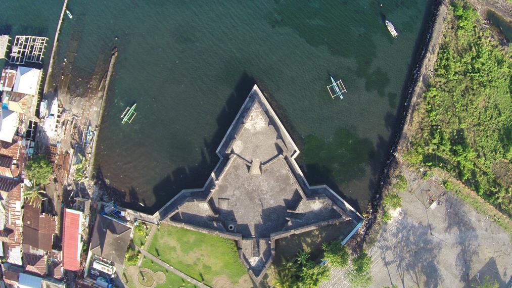 Tampilan Benteng Kalamata dari udara yang menyerupai penyu raksasa
