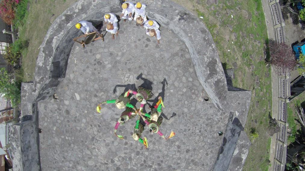Tampilan Tari Lalayon dari atas