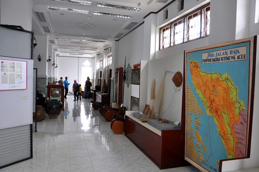 Tampilan bagian dalam gedung Museum Negeri Aceh yang menyimpan berbagai koleksi perkakas dan arsip dokumentasi