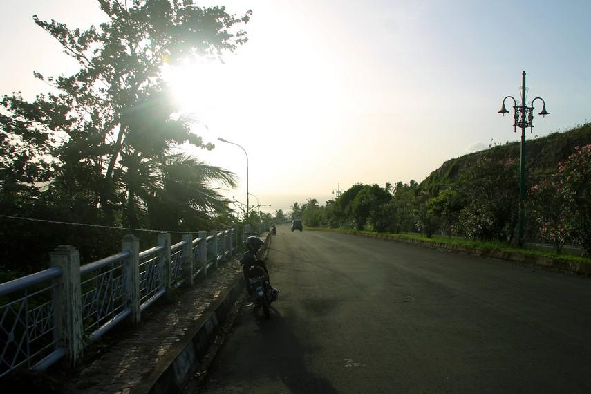 Tanjakan dekat Bandara Militer Sabang, dapat terlihat kota Sabang yang dikelilingi perbukitan