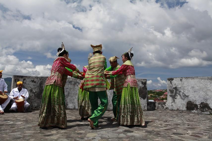 Tari Lalayon adalah tari pergaulan yang biasa ditampilkan di acara-acara kesenian
