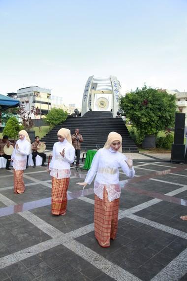Tari Sawat memiliki pengaruh besar budaya Melayu dan Islam