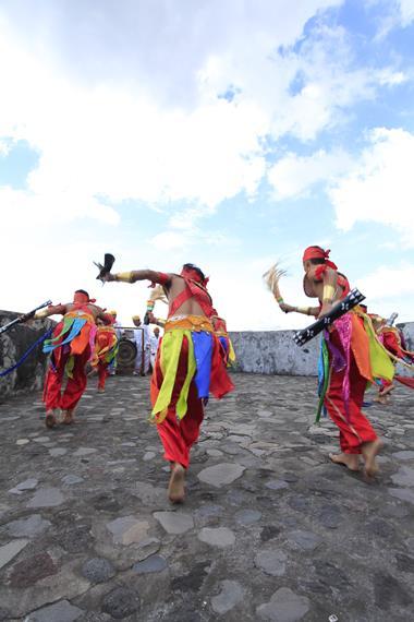 Tari Soya-Soya biasa ditampilkan oleh kaum pria karena banyak memperlihatkan gerakan berperang seperti menyerang, menghindar atau menangkis