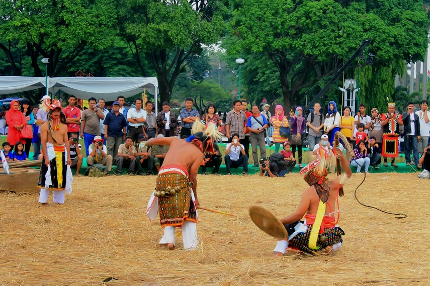Tari caci dimainkan dengan cara saling mencambuk antara dua orang yang berasal dari dua kelompok
