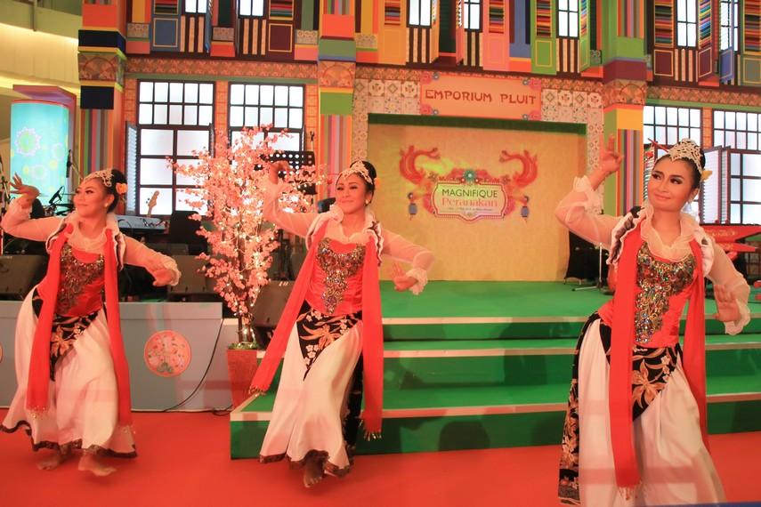 Tari cokek merupakan perpaduan unsur koreografi tari tradisional Tionghoa, Betawi, dan pencak silat