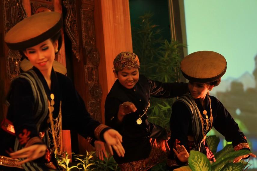 Tari ini biasanya dibawakan oleh beberapa penari perempuan serta satu penari laki-laki