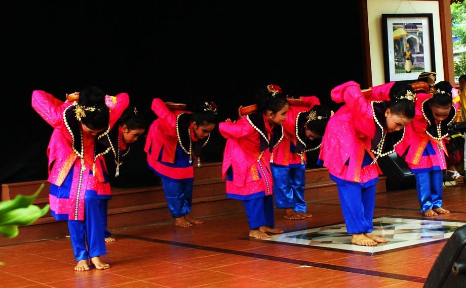 Tari ini diiringi musik yang bersumber dari perpaduan alat musik tradisional dan beberapa alat musik pukul