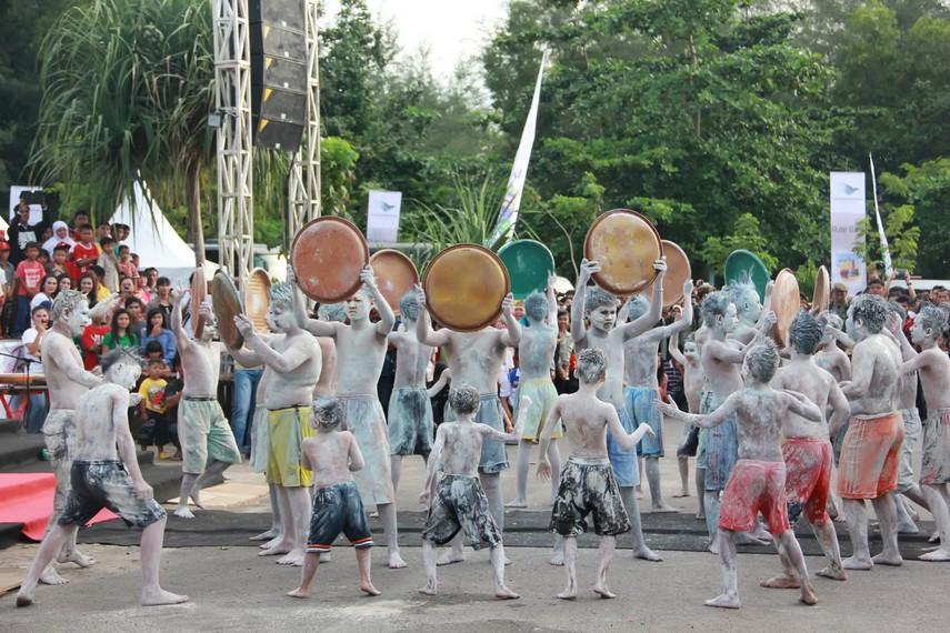 Tari mendulang timah menjadi salah satu penampilan yang mampu menarik perhatian penonton di Belitung Beach Festival