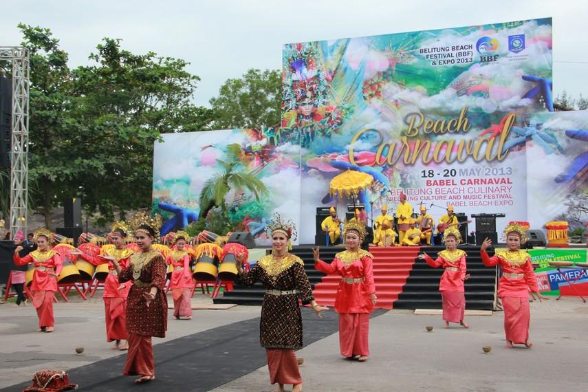 Tari sekapur sirih menjadi tarian pembuka dalam gelaran Belitung Beach Festival yang untuk pertama kalinya di gelar di Belitung