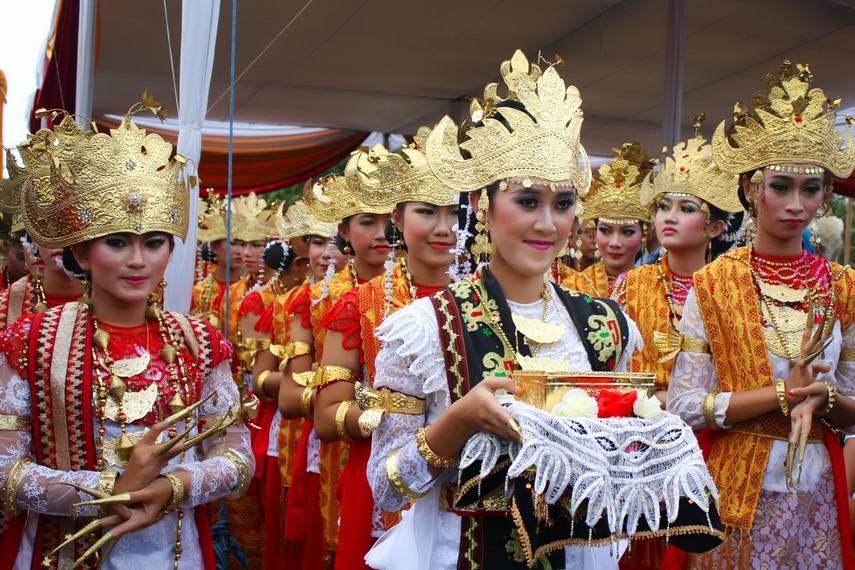 Tari sigeh pengunten merupakan pengembangan dari tari tradisional Lampung, tari sembah
