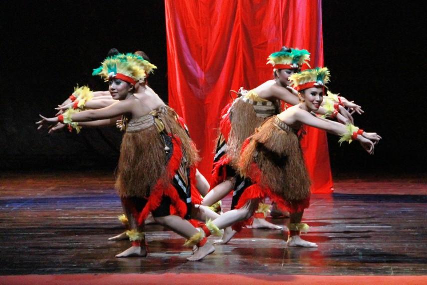 Tari yospan dibawakan secara berkelompok dengan gerakan dasar yang penuh semangat dan dinamis