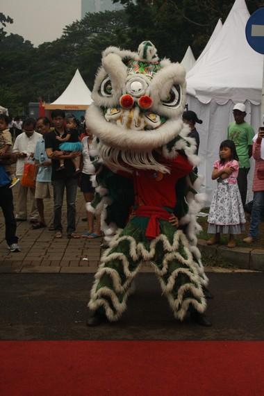 Tarian singa terlihat makin energik dengan iringan tabuhan drum dan simbal dari Cina