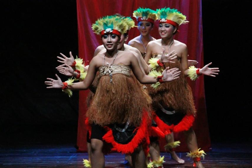 Tarian yospan adalah penggabungan dua tarian dari rakyat Papua, yakni tari yosim dan tari pancar