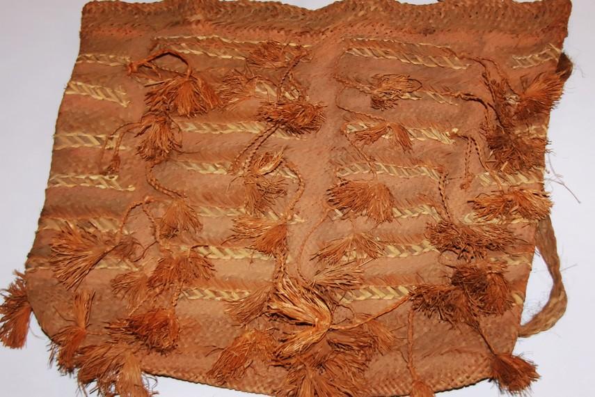 Tas atau esse merupakan aksesori penunjang yang penting dalam kehidupan Suku Asmat, berfungsi untuk menyimpan ikan, kayu bakar, hingga hasil ladang