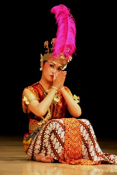 Tata rias penari serimpi renggowati mengikuti tata rias pengantin perempuan keraton