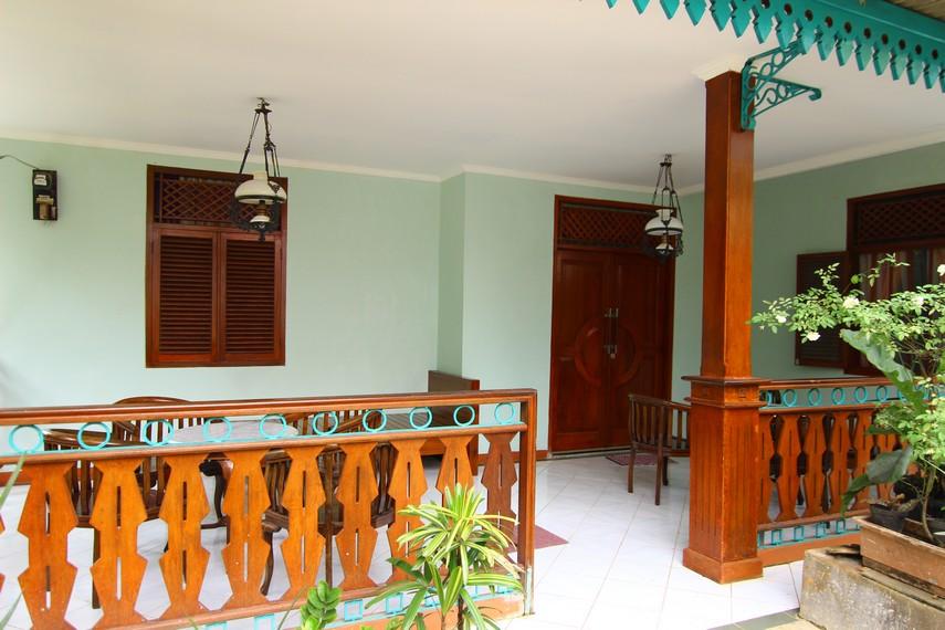 Tata ruang halaman teras Rumah Betawi yang khas dengan bangku-bangku disusun berbentuk melingkar