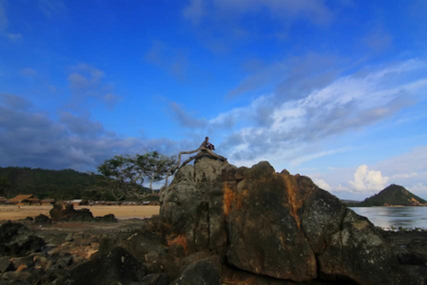 Tebing yang berada di Pantai Kuta dapat dinaiki pengunjung untuk menikmati sudut pandang berbeda di pantai ini