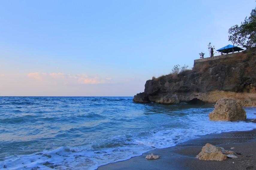 Tebing yang menjadi batas Pantai Kencana bisa dinaiki oleh pengunjung
