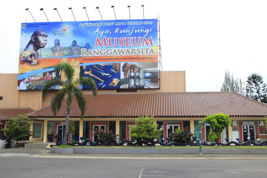 Tempat Parkir yang luas di Museum Ranggawarsita