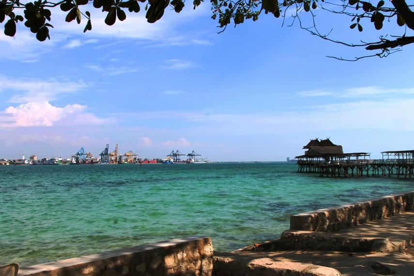 Memandang laut sambil bersantai menikmati Pulau Khayangan menjadi paduan menyenangakan di sini