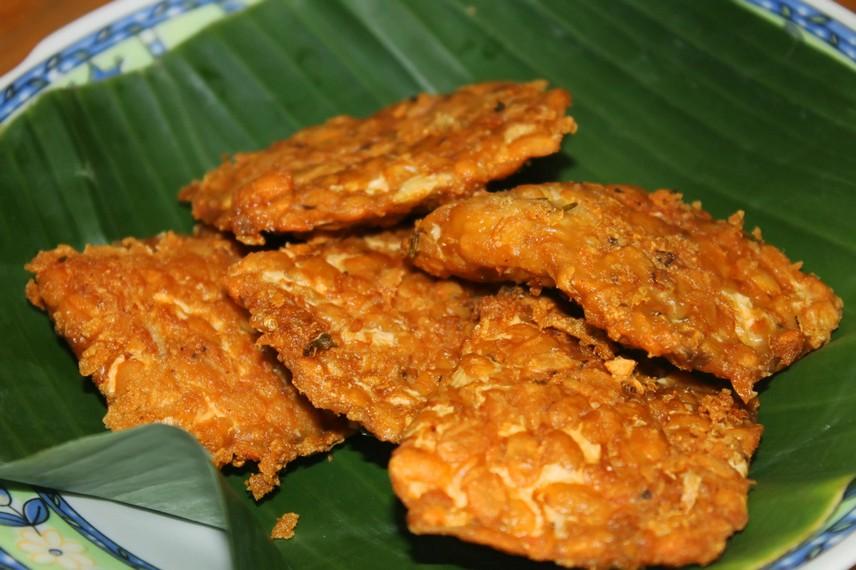 Tempe yang digoreng tipis dan kering menjadi pelengkap hidangan nasi gandul