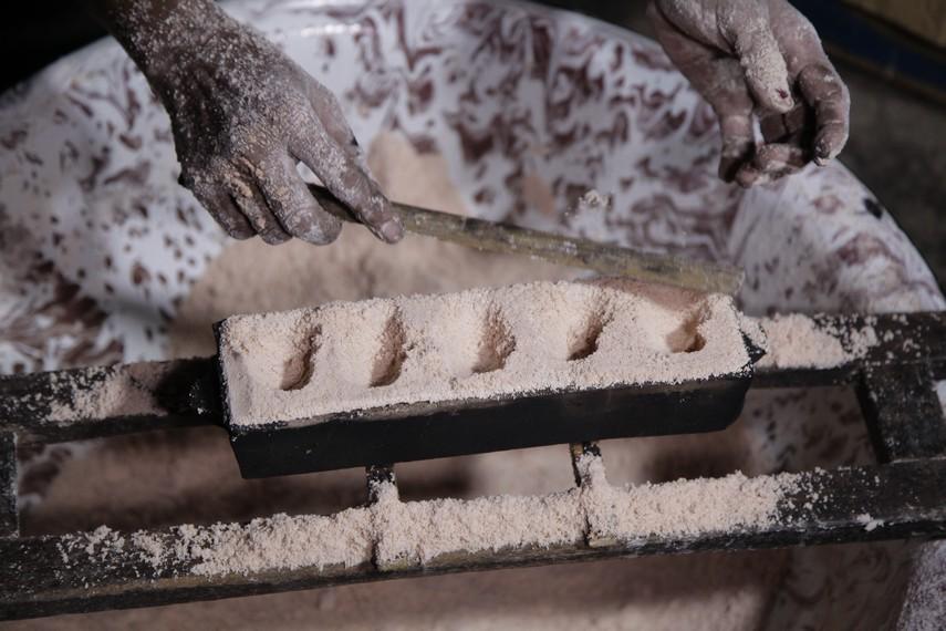 Tepung sagu dimasukkan ke cetakan sebelum memasuki proses pembakaran