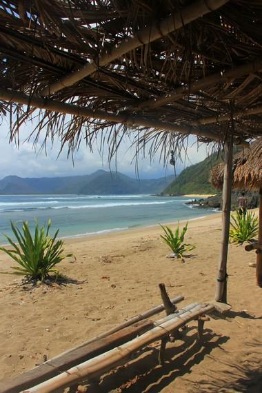 Terdapat berugak yang bisa dijadikan tempat untuk menikmati panorama pantai