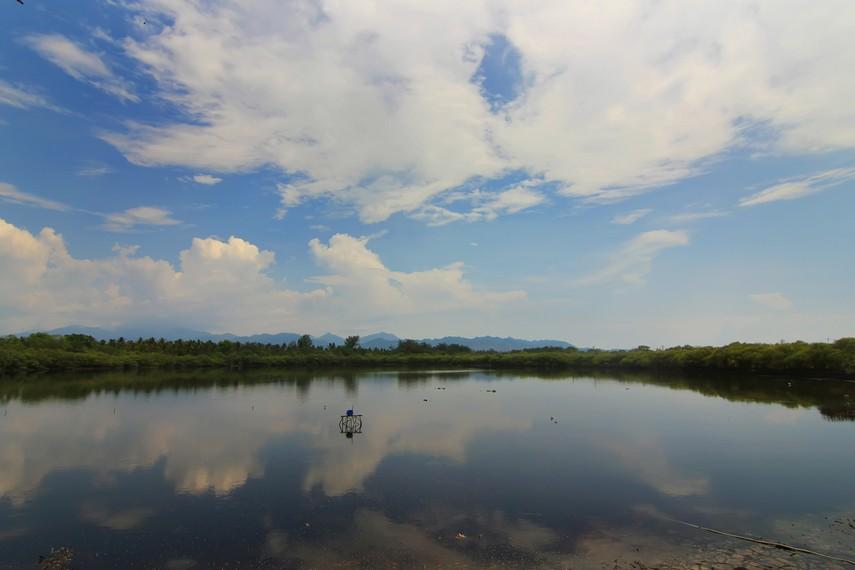 Terdapat danau air payau di bagian tengah Gili Meno