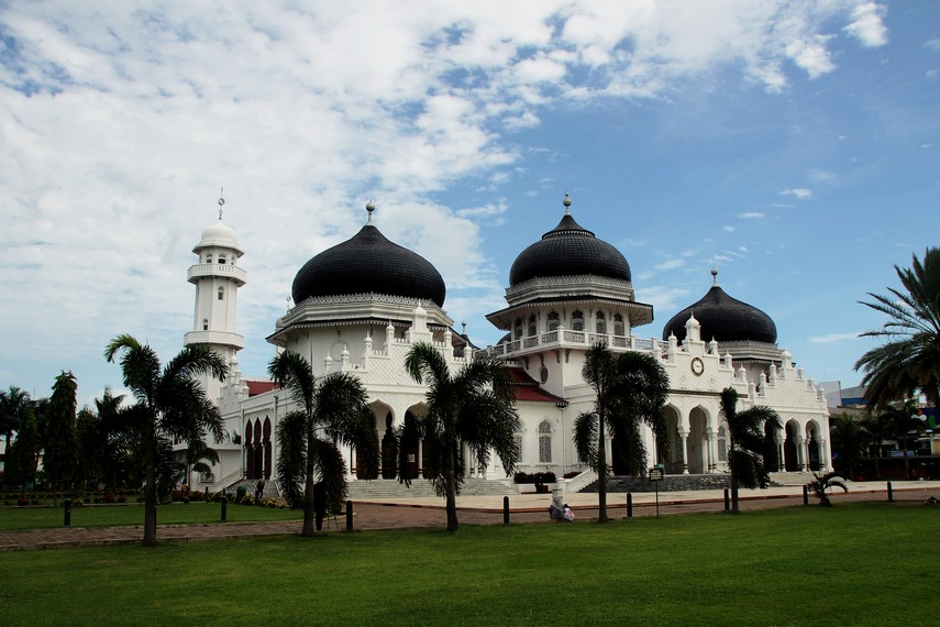 Terdapat dua versi sejarah mengenai kapan dan siapa yang membangun Masjid Raya Baiturrahman