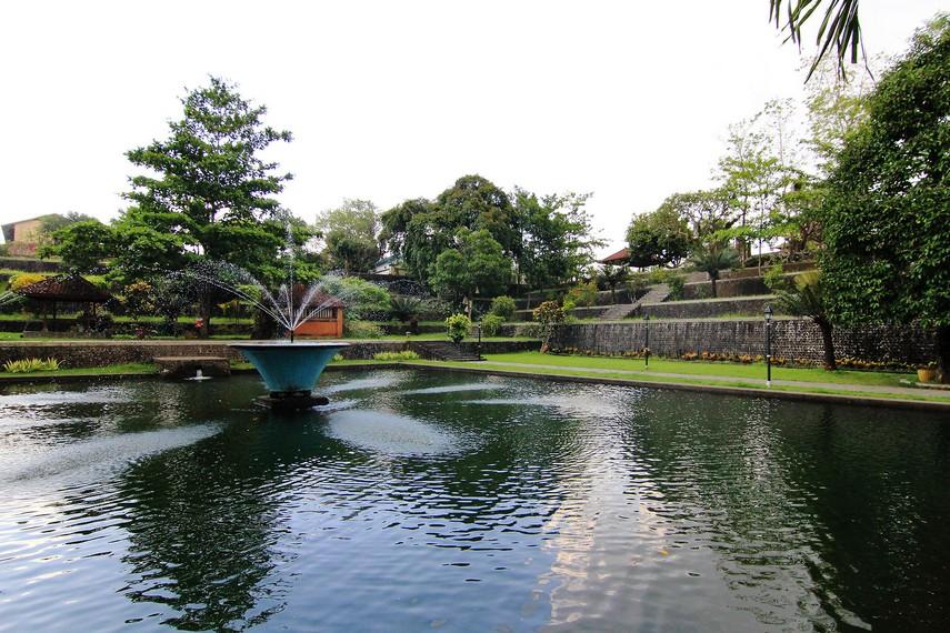 Terdapat kolam di bagian tengah taman yang membuatnya menjadi sangat sejuk