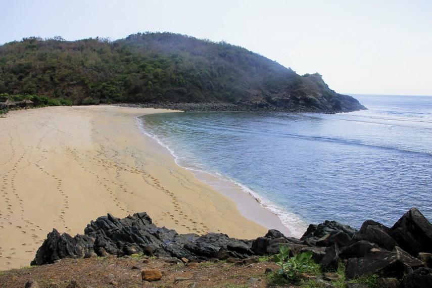 Terdapat tebing yang dapat didaki dan mengabadikan momen Pantai Mawi dari atas