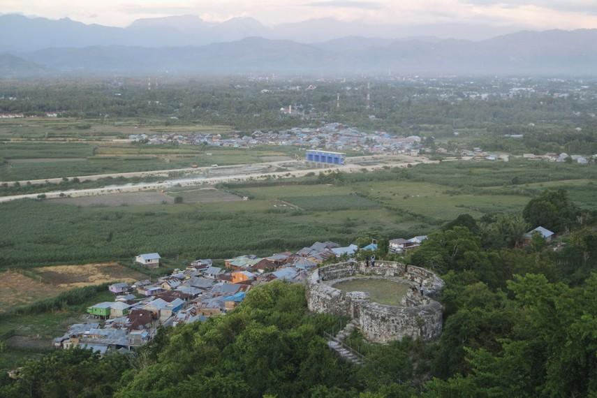Terdapat tiga benteng di Benteng Otanaha