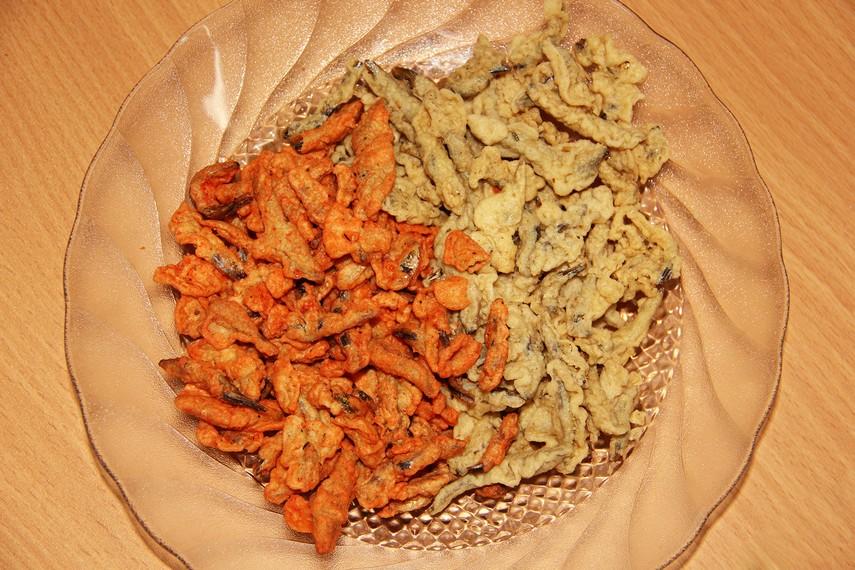 Teri krispi dibuat dari bahan-bahan seperti ikan teri berukuran sedang, tepung beras, tepung tapioca, garam, bawang putih