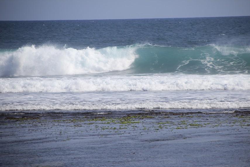 Ombak di Pantai Sundak cukup tenang sehingga aman bagi pengunjung untuk bermain air