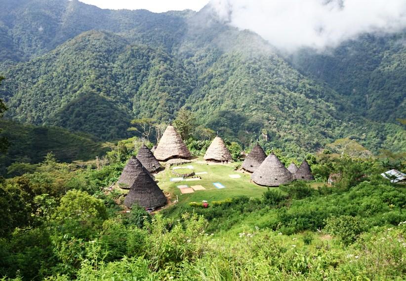 Terletak di ketinggian 1000 mdpl, Kampung Wae Rebo tampak dari atas bukit
