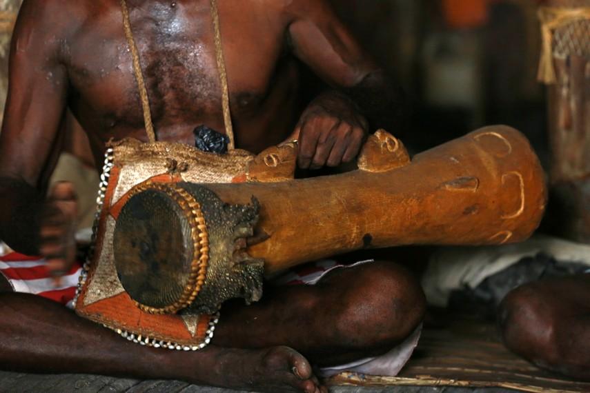 Tifa terbuat dari kayu Lenggua dan berbentuk menyerupai tabung yang ditutupi selaput dari kulit