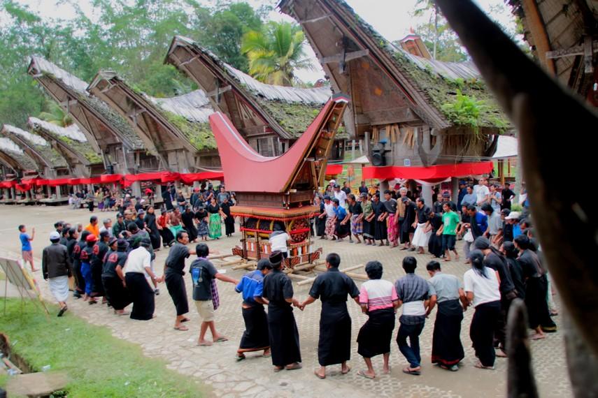 Tongkonan berisi jenazah yang akan dilepas dalam upacara rambu solo