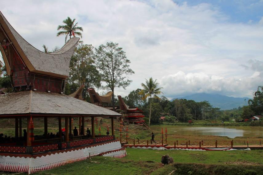 Tongkonan utama di desa adat Kete Kesu menghadap utara (ke pegunungan) sebagai simbol harapan dan tempat yang maha tinggi