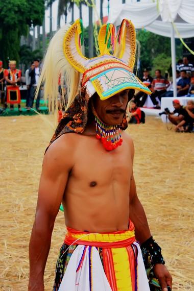 Topi penari caci dibuat menyerupai tanduk kerbau yang disebut panggal. Bagian belakangnya dihiasi ekor kuda yang disebut ndeki