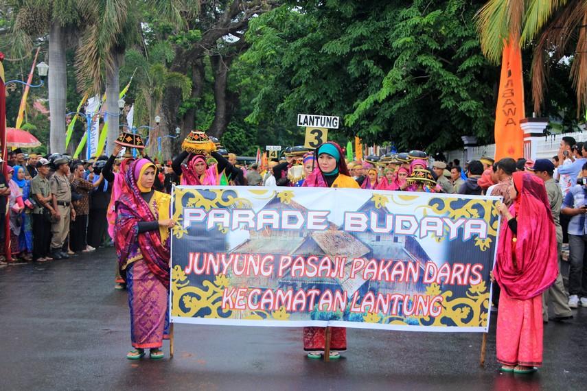 Tradisi junyung pasaji pakan daris dari Kecamatan Lantung juga ikut ditampilkan dalam Festival Moyo